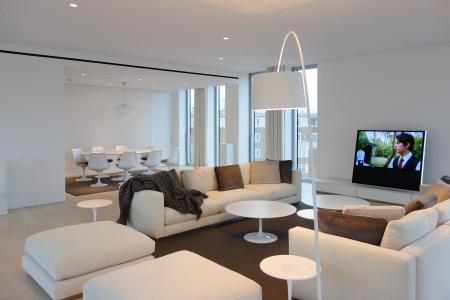 Pleasure Sofa von Flexform Saarinen Tische von Knoll